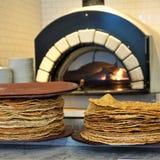 A madeira ateou fogo ao forno e a flatbreads temperados imagens de stock