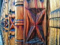 madeira cinzelada tradicional de uma parte externa da casa específica Romênia de Oltenian imagem de stock
