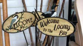 A madeira cinzelou os sinais bem-vindos Foto de Stock Royalty Free