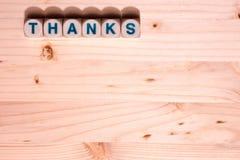 A madeira colorida luz da placa enche esta imagem do molde com os agradecimentos da palavra soletrados para fora nos blocos ao lo fotos de stock royalty free