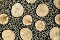 Madeira com muitas pedras no fundo imagem de stock royalty free