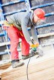 A madeira compensada do corte do trabalhador viu perto a máquina Imagem de Stock Royalty Free