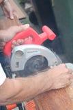 Madeira da estaca com serra circular Foto de Stock