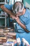 Madeira da perfuração do marceneiro na bancada Imagem de Stock