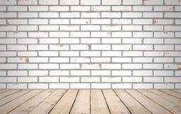 Madeira da perspectiva sobre o fundo branco da parede de tijolo, sala, tabela, Fotos de Stock Royalty Free