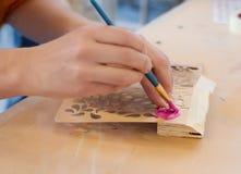 Madeira da pintura do carpinteiro com pintura Imagem de Stock