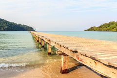 A madeira da ponte na praia Imagem de Stock Royalty Free