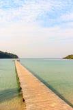 A madeira da ponte na praia Imagens de Stock Royalty Free