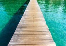 A madeira da ponte no mar Fotos de Stock Royalty Free