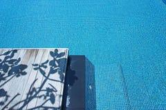 Madeira da sombra da piscina Foto de Stock Royalty Free