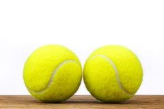Madeira da tabela de duas bolas de tênis isolada Fotografia de Stock Royalty Free