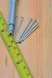 Madeira de medição com pregos Foto de Stock Royalty Free