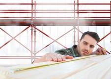 Madeira de medição do construtor na frente do andaime 3D Imagem de Stock Royalty Free