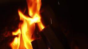 Madeira de queimadura na chaminé em casa no tempo de inverno, noite romântica com família Tiro ascendente próximo em 4k filme