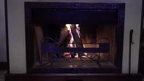 Madeira de queimadura na chaminé tradicional na obscuridade vídeos de arquivo