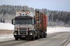 Madeira de registro dos transportes do caminhão de Iveco Trakker 500 no inverno Fotos de Stock Royalty Free