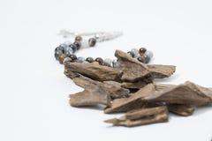 A madeira do ágar, incenso lasca-se com rosário, ela nome do ` s na madeira árabe de Oud usada para incense panos, mobília e luga Imagens de Stock