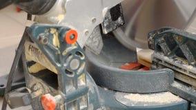 Madeira do corte com serra da mitra video estoque