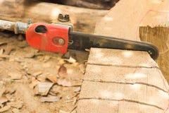 A madeira do corte da lâmina da serra de cadeia Fotografia de Stock