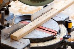 Madeira do corte do carpinteiro para a construção da casa Fotos de Stock