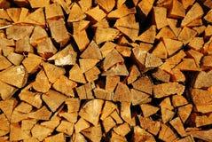 madeira do incêndio da Pele-árvore em um woodpile imagem de stock