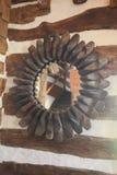 A madeira do ofício manchou a sapata em torno de um espelho que pendura em uma casa velha do log fotos de stock