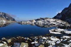 A madeira do parque do verde do céu azul da natureza da montanha nubla-se o reflexo do lago agradável Fotografia de Stock Royalty Free