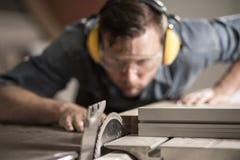 Madeira do sawing do marceneiro Fotos de Stock Royalty Free