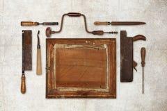 A madeira do trabalho da colagem utiliza ferramentas o carpinteiro que forma um quadro Imagem de Stock