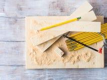 Madeira e ferramentas para medir cortando o ofício do nível DIY imagem de stock royalty free