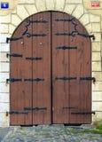 A madeira e o metal velhos passam a porta fechado, Praga foto de stock royalty free