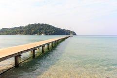 A madeira e a praia da ponte Fotos de Stock Royalty Free