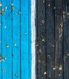 Madeira escura de madeira do vintage, metade pintada no azul fotografia de stock royalty free