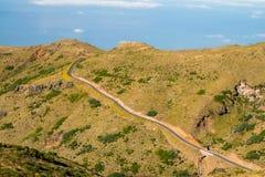 Madeira-Landschaft mit kurvenreicher Straße stockbild