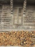Madeira na parte dianteira da casa de campo de madeira imagem de stock