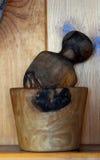 A madeira natural girou o almofariz e o pilão - cozinha imagens de stock