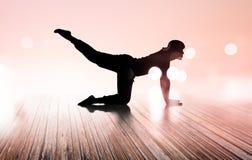 Madeira podre do assoalho do exercício da silhueta da ioga da mulher, macio e borrão fotografia de stock