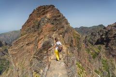 MADEIRA, PORTUGAL - 30 DE JUNHO DE 2015: A moça no trajeto trekking da montanha do enrolamento em Pico faz Areeiro, Madeira, Port Imagens de Stock