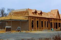 Madeira que quadro a casa nova sob a construção imagens de stock royalty free