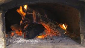 Madeira que queima-se no forno do tijolo vídeos de arquivo