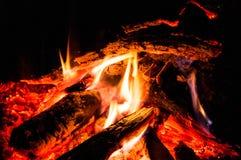 Madeira que queima-se no incêndio Fotos de Stock