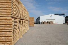 Madeira serrada e armazém foto de stock royalty free