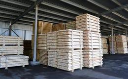 Madeira serrada empilhada nas pilhas no estoque Foto de Stock Royalty Free