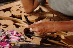Madeira tradicional malaia que cinzela de Terengganu Foto de Stock