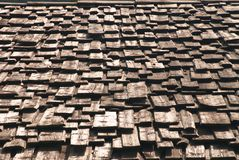 A madeira velha telhou o telhado imagens de stock
