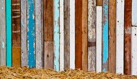 Madeira velha a uma parede fotografia de stock