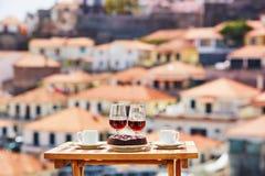 Madeira-Wein, Kaffee und Bolo de mel mit Ansicht nach Funchal, Madeira, Portugal stockbild