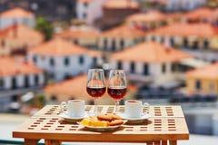 Madeira-Wein, -kaffee und -bonbons mit Ansicht nach Funchal, Madeira, Portugal lizenzfreie stockfotografie