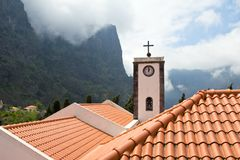 Madeiran Curral das Freiras, kyrkan Nossa Senhora gör Livramento arkivbild