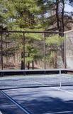Madeiras da corte da pá do tênis da plataforma no clube privado do ajuste suburbano fotografia de stock royalty free